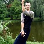 Deze Bagua pose maakt connectie met hemel en aarde en is tevens als zelfverdediging te gebruiken