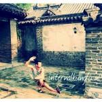 Kungfu pose in het huis/paleis van Confusius te qufu China